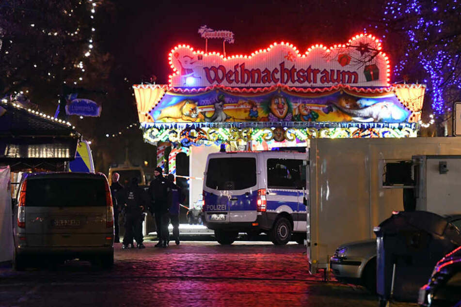 """Teile des Potsdamer Weihnachtsmarkt """"Blauer Lichterglanz"""" mussten abgesperrt werden."""