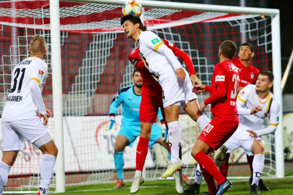 Jannis Nikolaou, hier im Testspiel der Dresdner gegen den FSV Zwickau bei einem Kopfball, hat im Camp als Innenverteidiger ein gute Figur abgegeben.