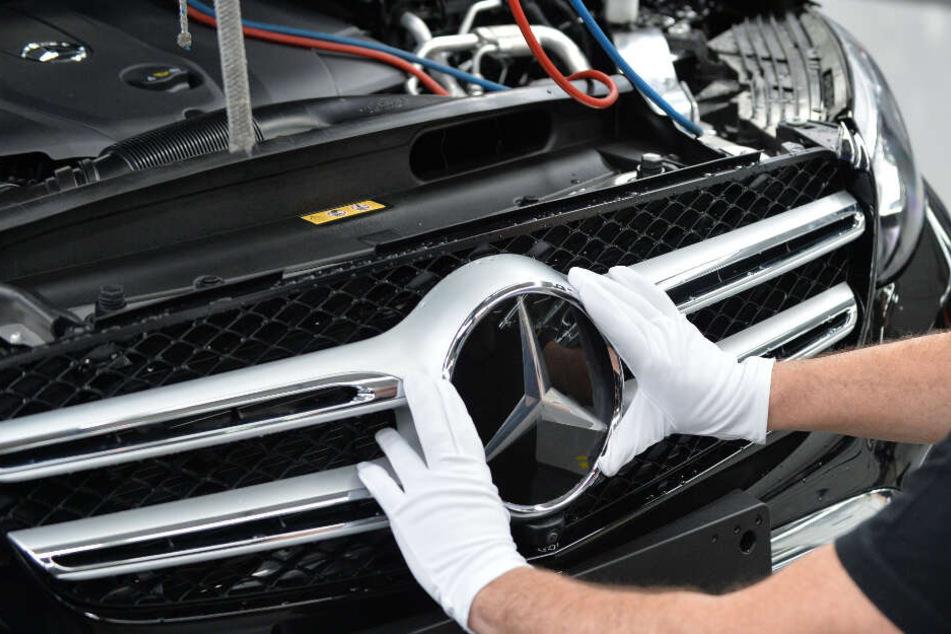 Ein Mercedes-Neuwagen mit einer bestimmten Ausstattung soll künftig bei jedem Händler gleich viel kosten, egal ob on- oder offline.
