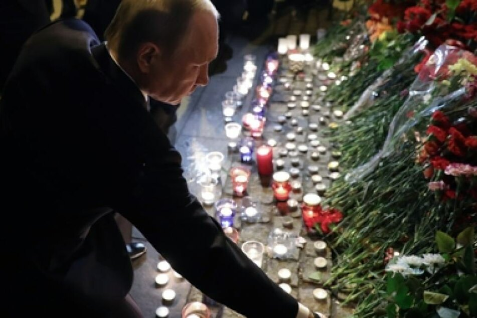 Der russische Präsident Wladimir Putin legt in St. Petersburg einen Strauß Blumen in der Nähe des Bombenanschlags ab.