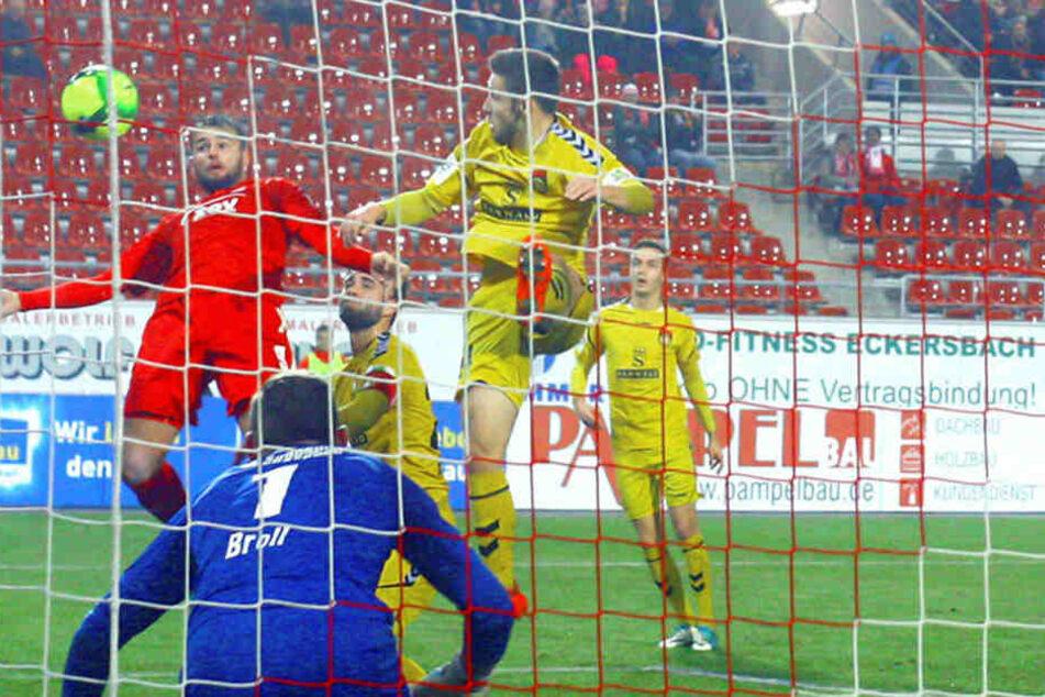 Trotz Rückenlage köpft Fabian Eisele (l.) zum 2:0 gegen Großaspach ein.