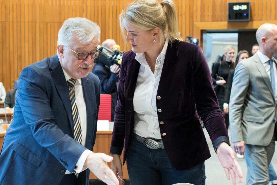Hans-Willi Körfges (SPD, l) begrüßt Christina Schulze Föcking vor ihrer Zeugenaussage vor dem Untersuchungsausschuss des Landtages.