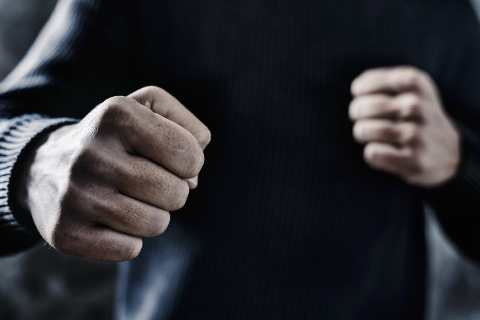 Der Mann meldete eine Prügelei, schlug am Ende aber nur selber um sich. (Symbolbild)