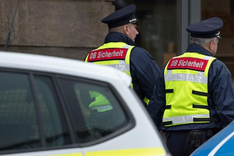 Die Sicherheitsleute wurden auf den Mann aufmerksam, als er blutigen Speichel spuckte (Symbolbild).