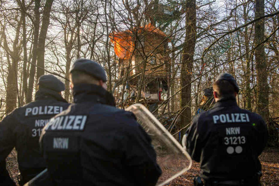 Polizisten bei einem Einsatz im Hambacher Forst am Tagebau Hambach.