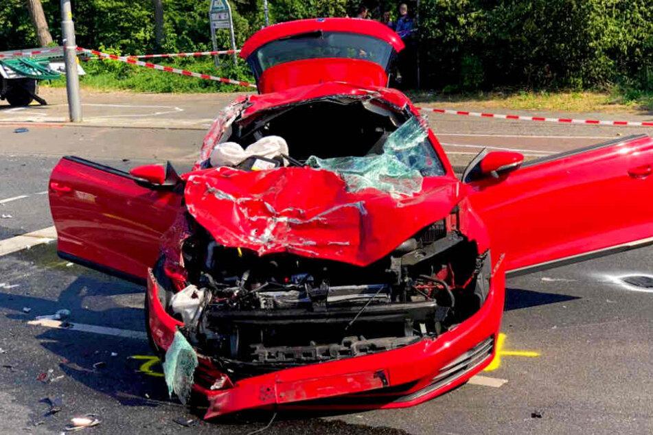 Der Fahrer wurde schwer, sein Beifahrer lebensgefährlich verletzt.