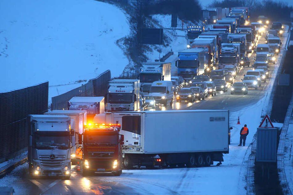 Auf der A4 standen mehrere LKW quer und verursachten Stau.