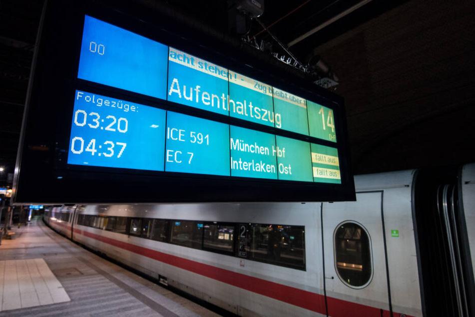Ein Aufenthaltszug der Bahn steht im Hauptbahnhof in Hamburg.