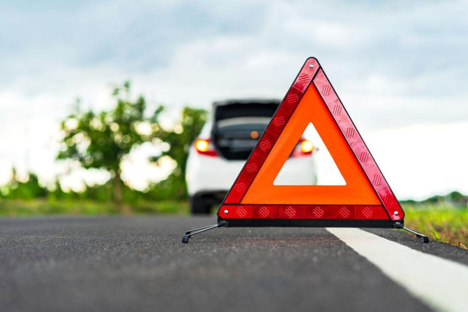Bei dem Unfall auf der B183 wurden drei Menschen schwer verletzt. (Symbolbild)