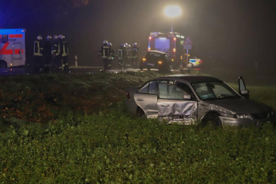 Eines der beiden beteiligten Autos wurde von der Straße geschleudert und kam erst in einem angrenzenden Feld zum Stehen.