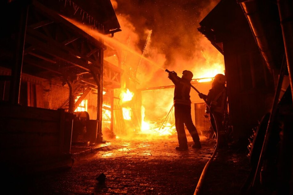 Die Feuerwehr ließ das Gebäude kontrolliert abbrennen. (Symbolfoto)