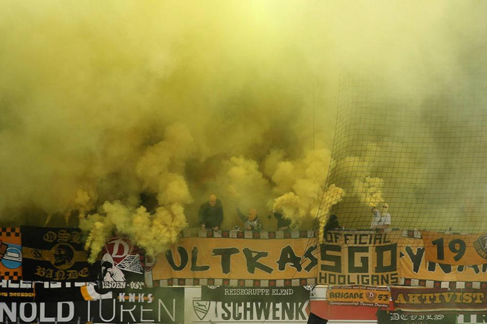 Zur Beginn der zweiten Halbzeit zündeten die mitgereisten Dynamo-Fans Pyro.
