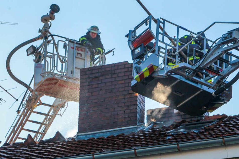 Von zwei Drehleitern aus wurde das Feuer gelöscht.