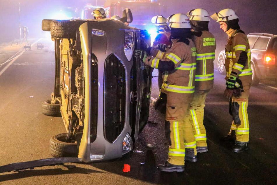 Die alarmierten Kräfte von Feuerwehr, Rettungsdienst und Polizei warfen das Fahrzeug zur Seite, um an den jungen Mann heranzukommen.