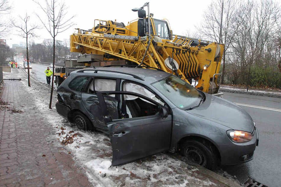 Horror-Crash: Kranwagen bohrt sich in VW