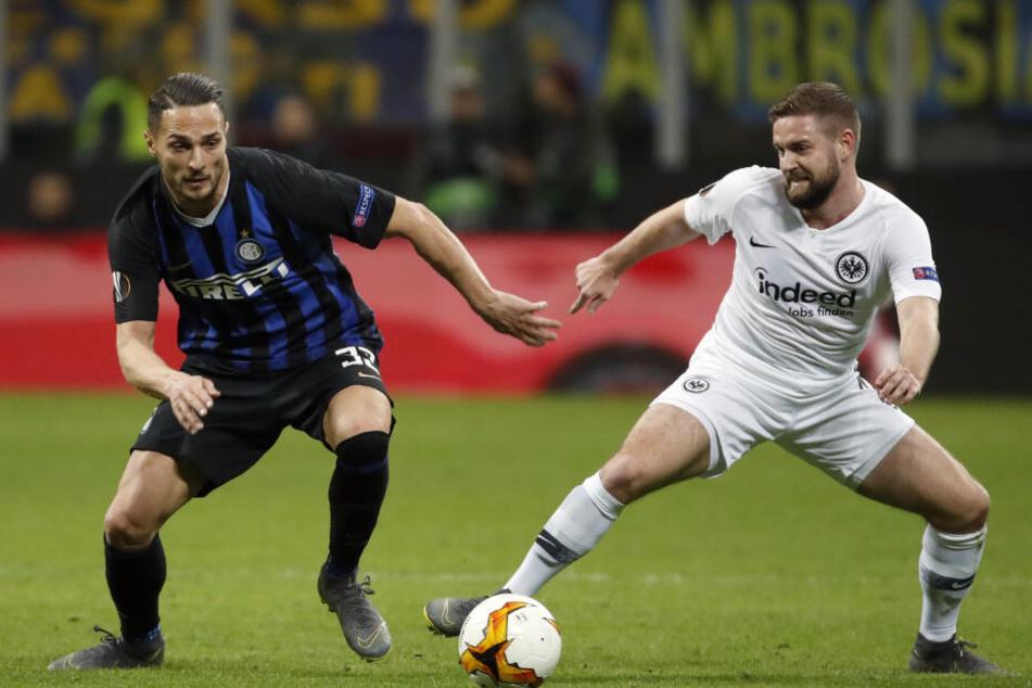 Marc Stendera und Mailands Danilo D'Ambrosio kämpfen am 14.03.2019 im Achtelfinale der Europa League um den Ball.