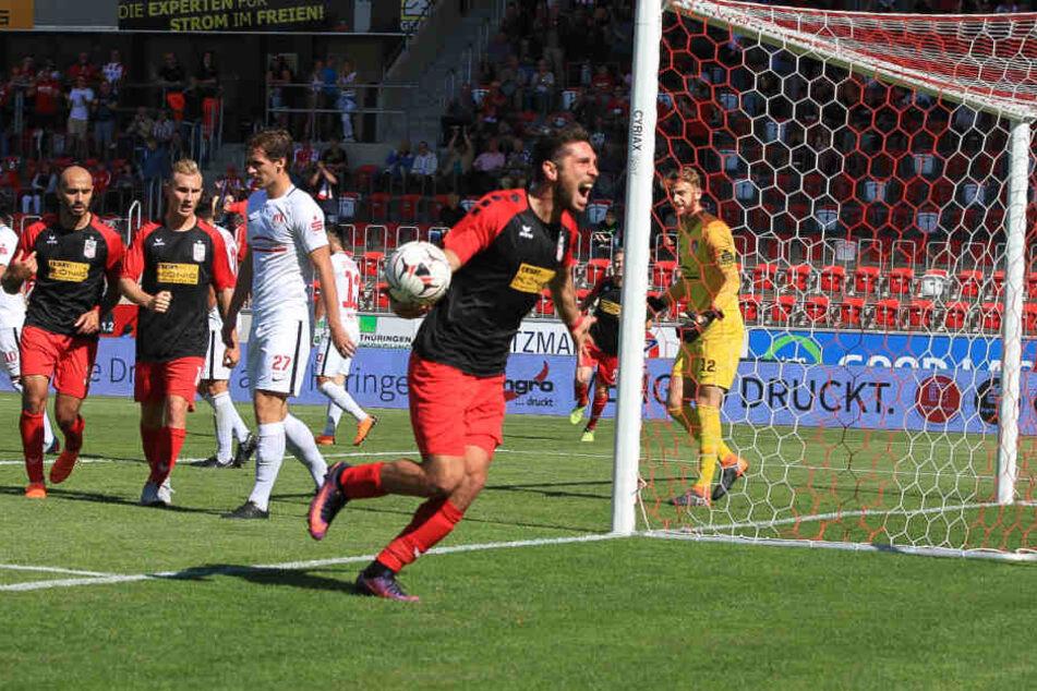 Die Erfurter feierten das zweite Tor ausgelassen. Dreifach-Torschütze Jovanovic (li.) freute sich mit.