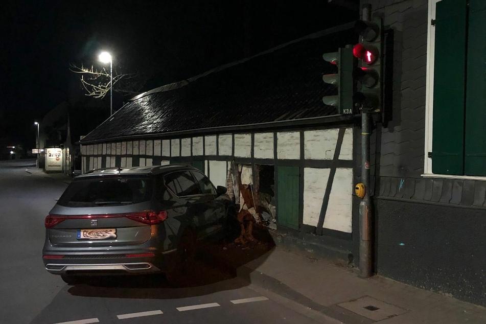 Die Fahrt einer 27-jährigen Bergisch Gladbacherin endete an der Hauswand eines Restaurants.