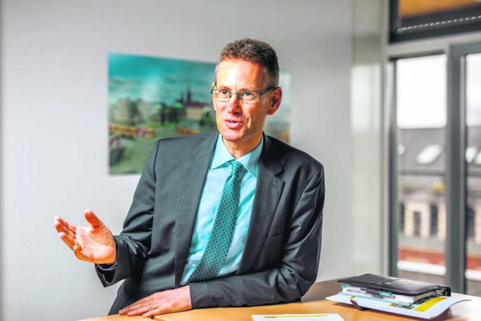 Lässt sich in die (Fahr-)Karten schauen: DVB-Vorstand Andreas Hemmersbach (50).