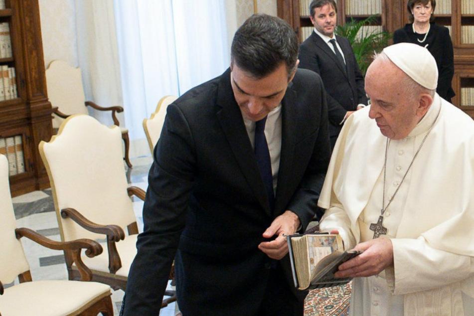 Spaniens Ministerpräsident trifft Papst Franziskus (83), Maske trägt keiner
