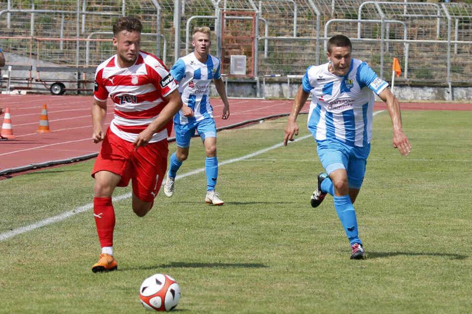 Die Chemnitzer bestritten das Testspiel mit Probe-Abwehrspieler Marcel Ziemann (r.). Links spurtet Janik Mäder vom FSV.