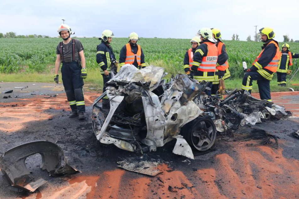 Der Fahrer soll noch am Unfallort verstorben sein.