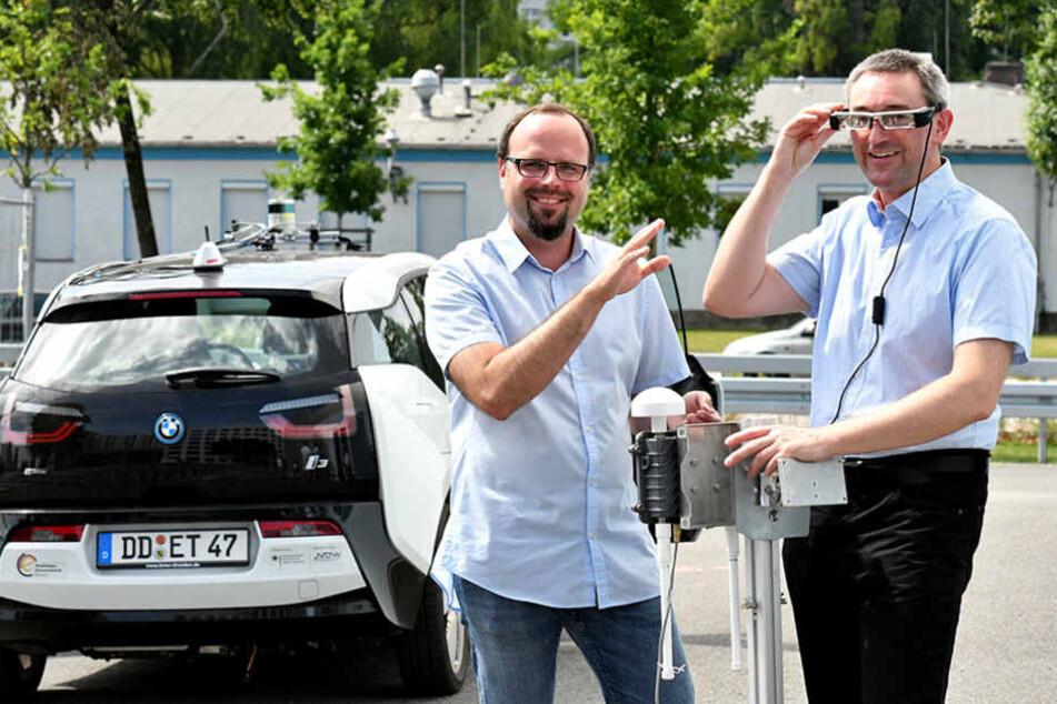 Christian Müller (35, li.) von der Casonex GmbH mit Professor Toralf Trautmann  (49) zeigen die Technik für einen automatisierten BMW i3.