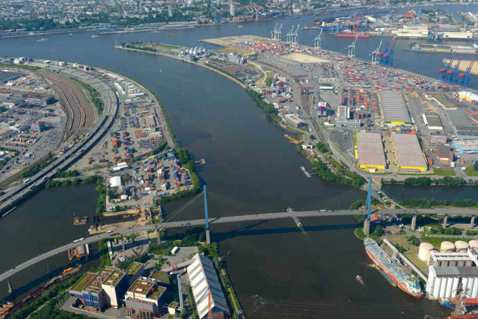Die Köhlbrandbrücke ist im Hamburger Hafen zu sehen.