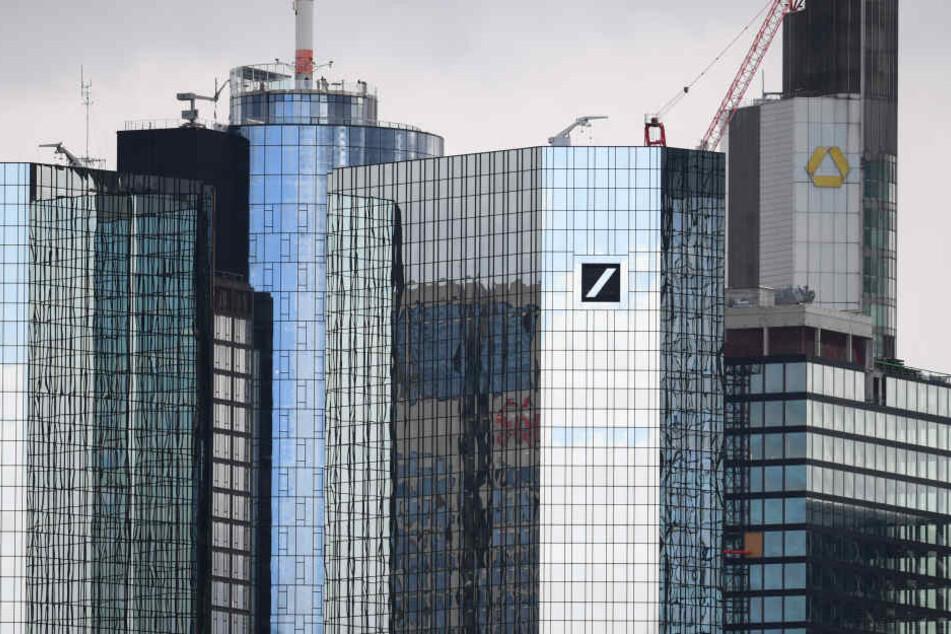 Zu sehen: Vorne rechts die Türme der Deutschen Bank, dahinter der Commerzbank Tower.