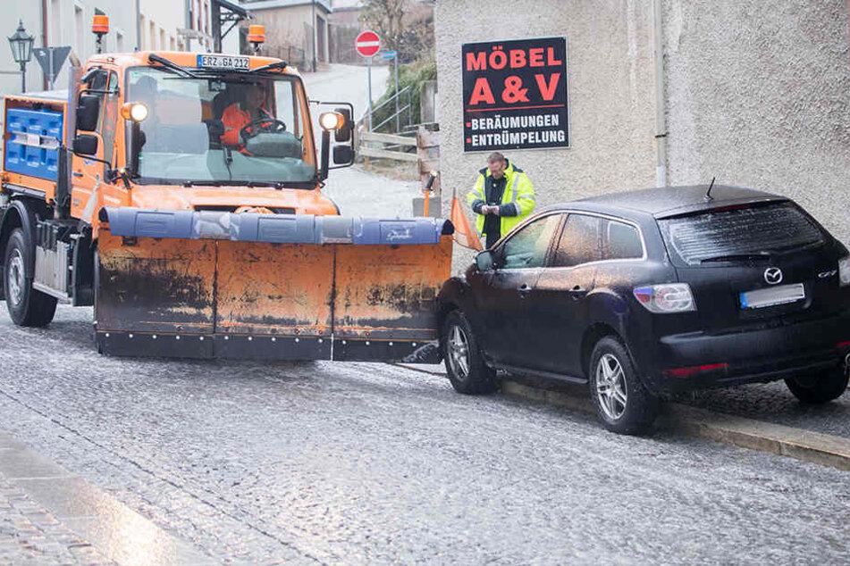 In Annaberg-Buchholz rutschte ein Winterdienst-Fahrzeug in einen Mazda.