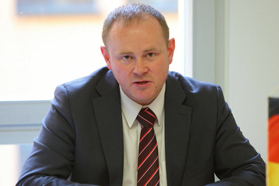 CDU-Stadtrat Gunter Thiele (44) setzt eher auf sandgeschlämmte Schotterdecken.