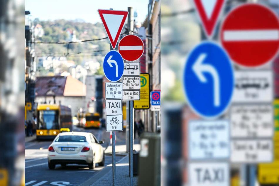 Erlaubt: Am Schillerplatz dürfen Taxifahrer wie Busse und Bahnen durch die Loschwitzer Straße fahren. Eine der wenigen Ausnahmen im Stadtgebiet.