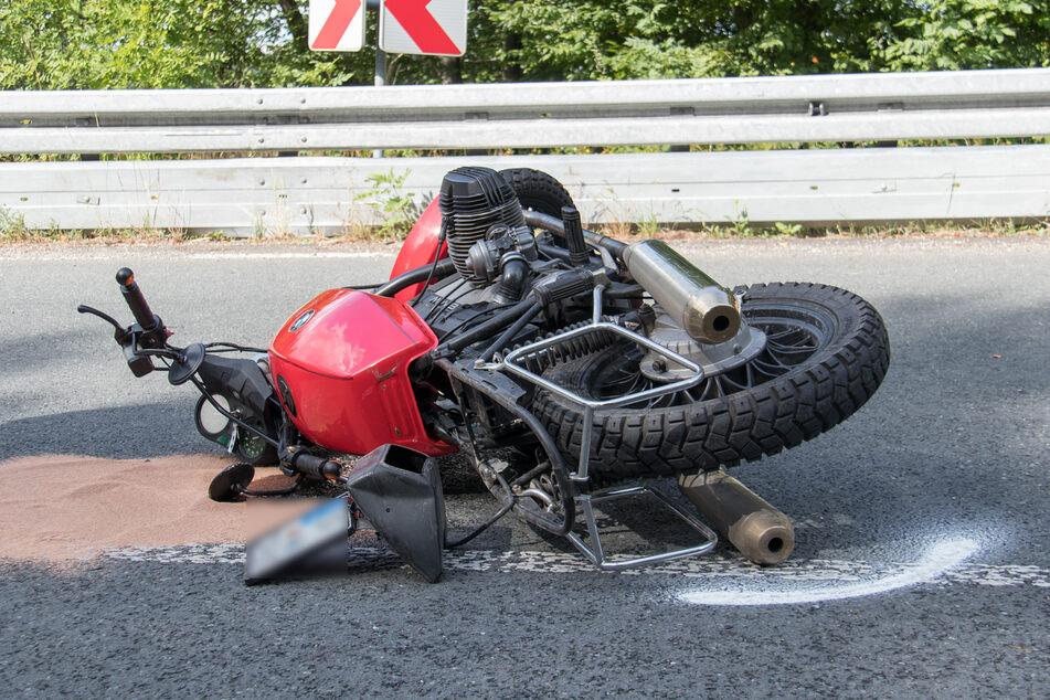 Schwerer Unfall auf der B85 bei Blankenhain: Ein Motorradfahrer krachte mit voller Wucht gegen eine Leitplanke.
