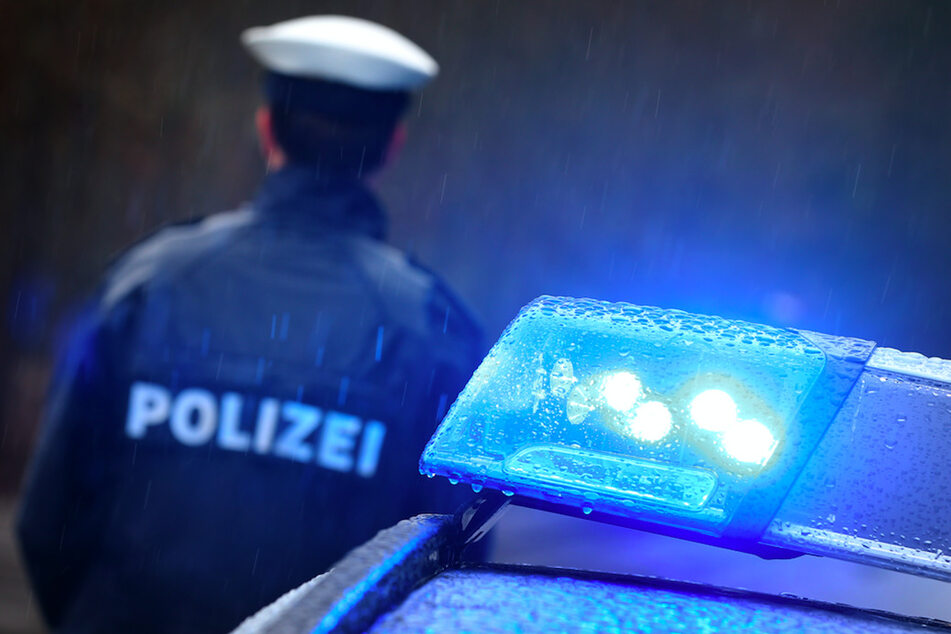 Mann am helllichten Tag im Auto überfallen: Polizei sucht Zeugen