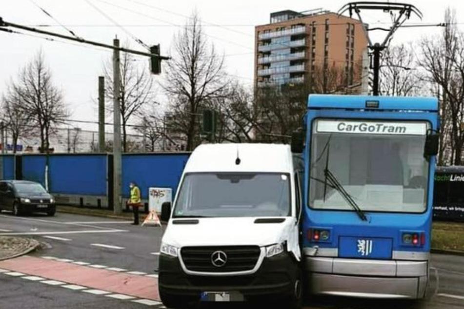 Zwei Wochen vor Betriebsschluss: Cargo-Tram kollidiert mit Auto