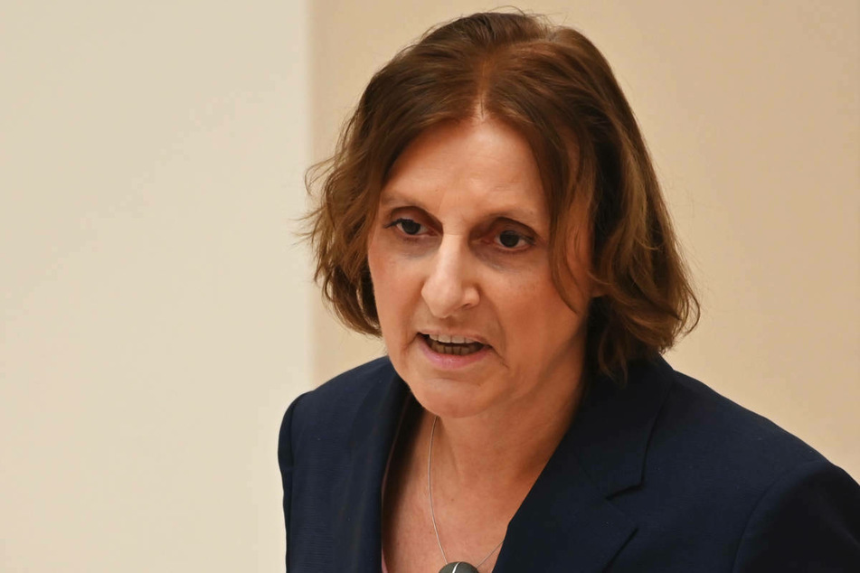 Die Präsidentin der Kultusministerkonferenz (KMK), Britta Ernst (60, SPD), hält die bundesweit einheitlichen Regeln zur Schulschließung bei hohen Corona-Infektionszahlen für angemessen.