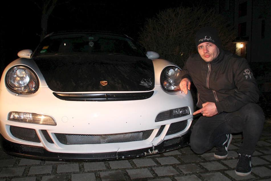 Gott sei Dank, da ist er wieder: Julian Wustmann (29) mit seinem wiedergefundenen Porsche. Der Wagen ist allerdings lädiert, der filigrane Frontspoiler etwa ist völlig im Eimer.