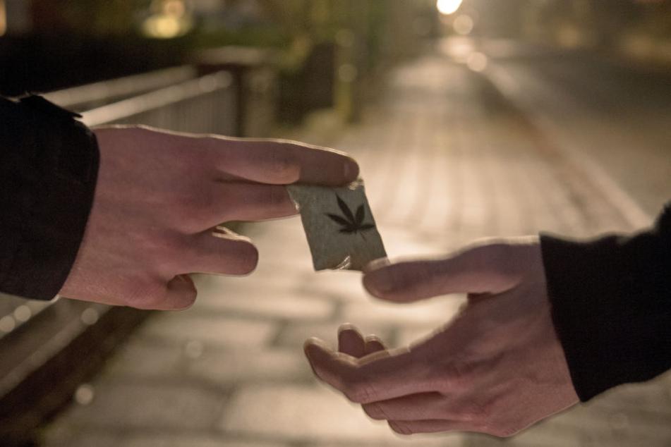 Eine junge Frau hatte den 45-Jährigen dabei beobachtet, wie er Drogen vertickte (Symbolbild).