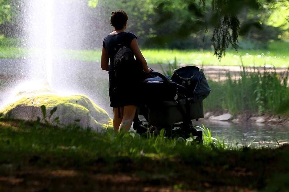 Eine junge Frau wurde in einem Park in Pforzheim mit mehreren Messerstichen verletzt, der unbekannte Täter ist noch auf der Flucht. (Symbolbild)