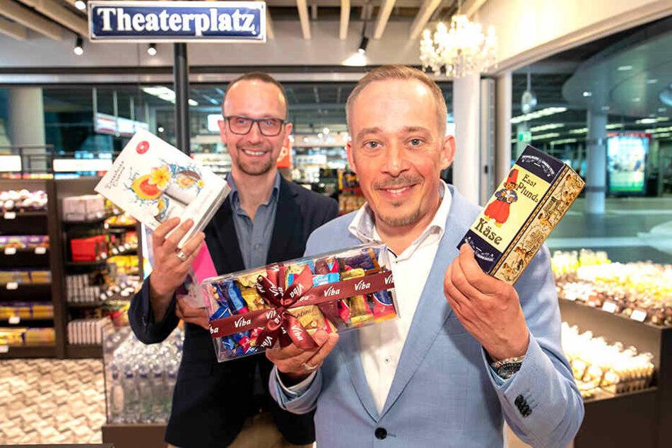 Frank Pieper (47, l.) und Martin Enk-Pieper (47) verkaufen im neuen Duty-Free-Shop auch jede Menge regionaler Produkte.
