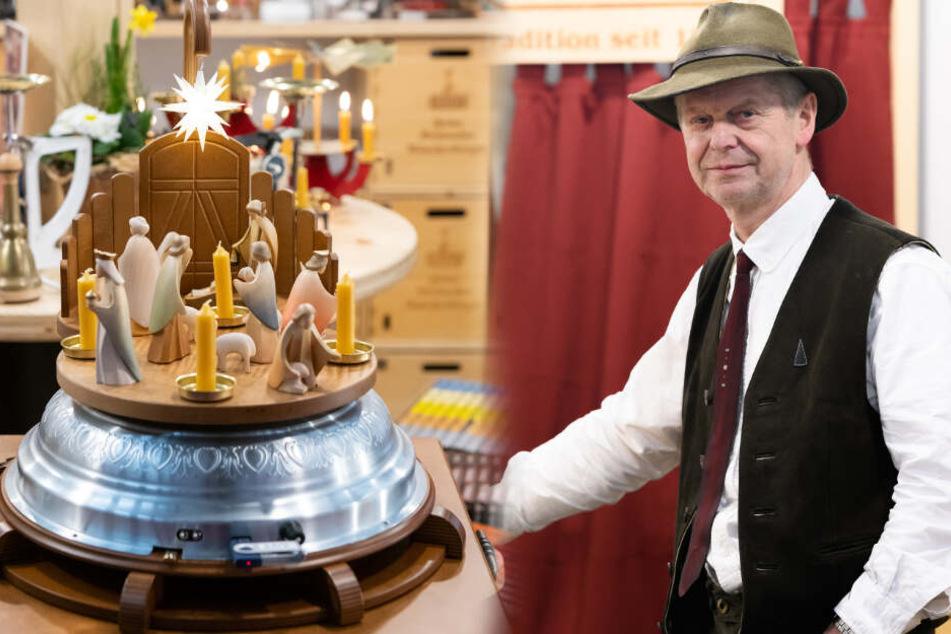 Jürgen Huß (60) stellt eine Mischung aus Spieluhr und Pyramide auf der internationalen Weihnachtsmesse vor.