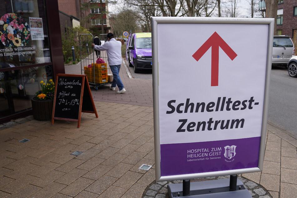 Ein Schild weist den Weg zu einem Schnelltest-Zentrum. Diese sind ab Montag nur noch 24 Stunden gültig. (Archivbild)