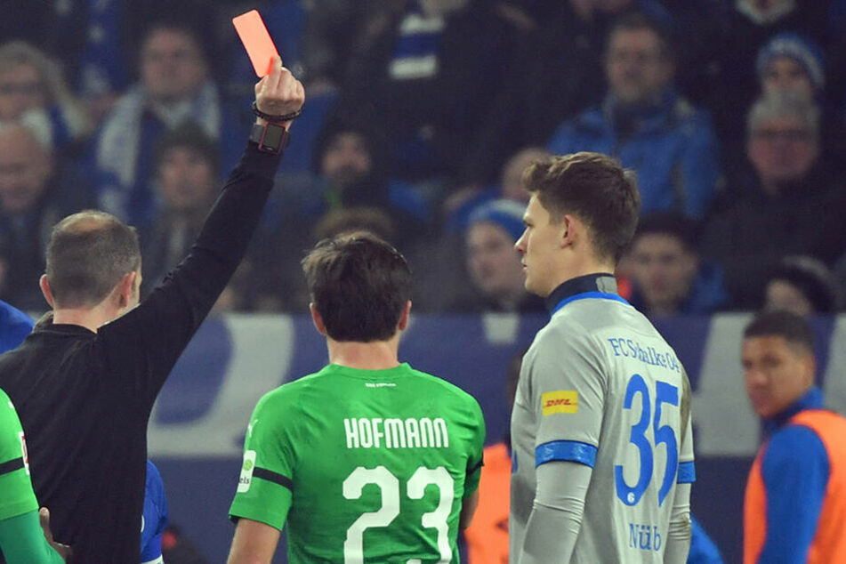 Bekam nach einer klaren Notbremse die Rote Karte: Schalkes Keeper Alexander Nübel (r.).