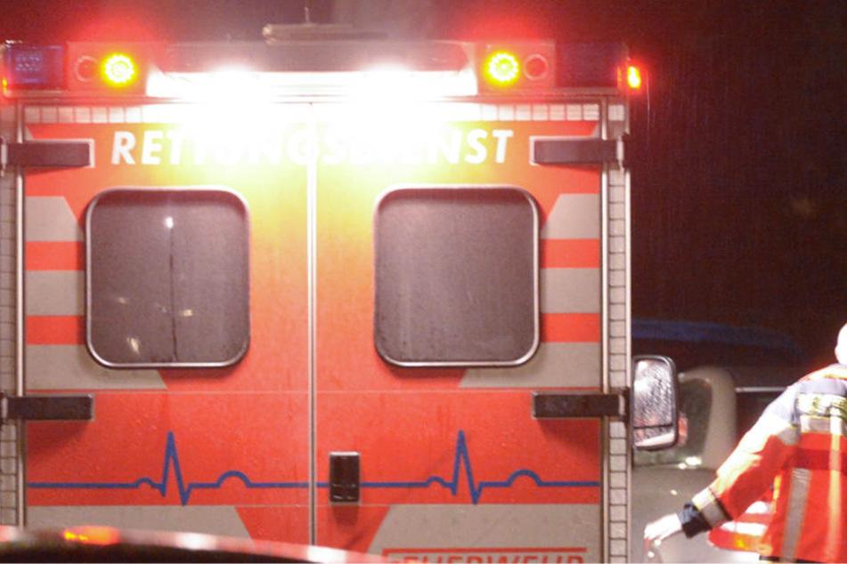 Als der Rettungswagen eintraf, lief der Verwundete den Sanitätern schon entgegen (Symbolbild).