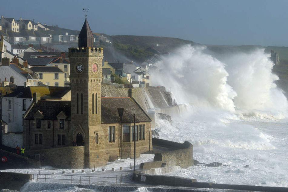 Wellen brechen am 16.10.2017 an der britischen Küste in Penzance. Auch in Irland haben die Behörden die höchste Wetterwarnstufe für das ganze Land ausgerufen.