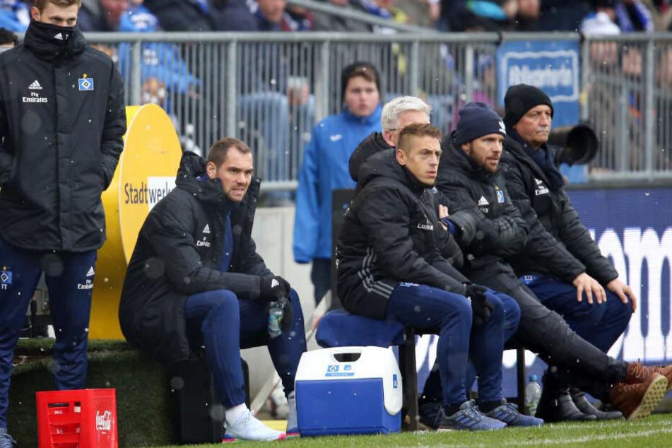 Pierre-Michel Lasogga (Zweiter von links) schaut sich, wie schon gegen Bielefeld, das Pokalspiel von außen an.
