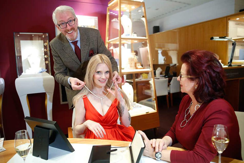 Mit sichtlich viel Spaß legt Juwelier Georg Leicht Hope-Gala-Moderatorin Mirja du Mont das Kollier von Bulgari an.
