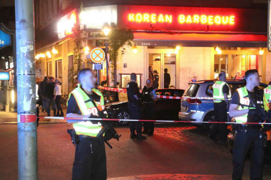 Polizisten sicherten den Tatort mit Maschinenpistolen und Flatterband.