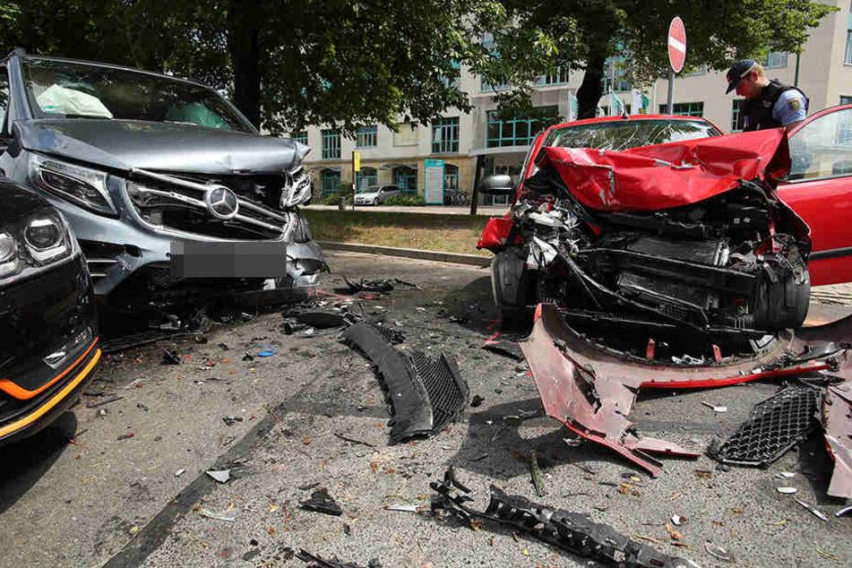 EIn Hyundai und ein Mercedes kollidierten auf der Bertolt-Brecht-Allee miteinander.