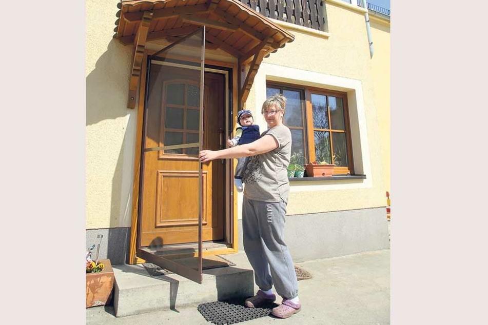 Der Balkon abgehangen, Fenster und Türen mit Fliegengittern eingerüstet. Drobenerin Kathrin Zuschke (47) mit Enkel Melias (7 Monate), der wegen der Quälgeister Probleme beim Schlafen hat.